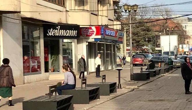 Foto: Începe modernizarea străzii Ștefan cel Mare. Se montează mobilier urban nou