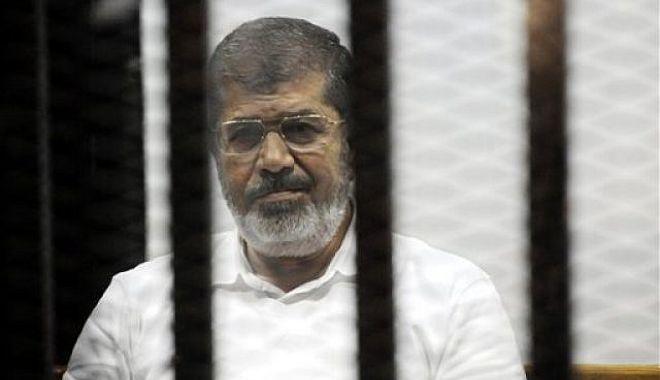 Foto: Fostul preşedinte egiptean Mohamed Morsi a murit în sala de tribunal