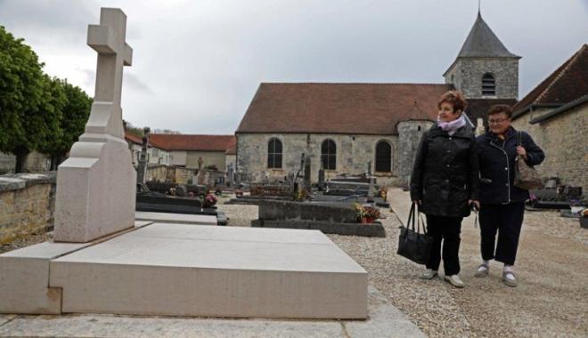 Foto: Mormântul generalului  Charles de Gaulle, vandalizat