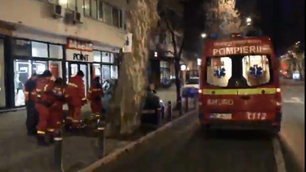 Foto: Cadavru găsit în faţa unui bloc. Poliţia a dechis dosar de MOARTE SUSPECTĂ