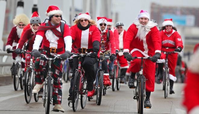 Foto: Moş Crăciun pe bicicletă, în scopuri nobile
