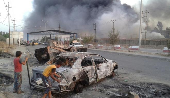 Foto: Coaliţia bombardează podurile  din Mosul