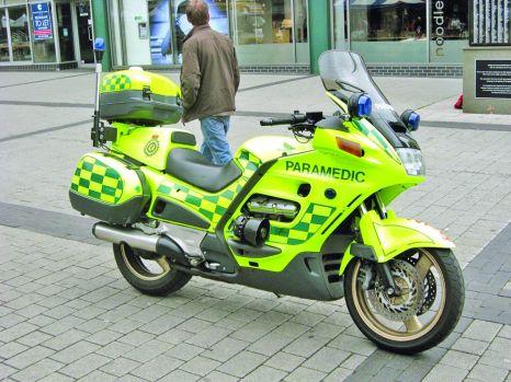 Foto: Paramedicii SMURD dau primul ajutor de pe motocicletă