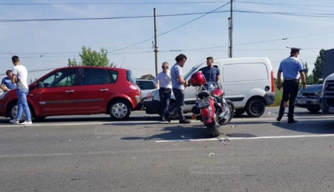 Foto: ACCIDENT RUTIER GRAV. Cinci autoturisme şi o motocicletă, implicate. MOTOCICLISTUL a zburat peste două maşini