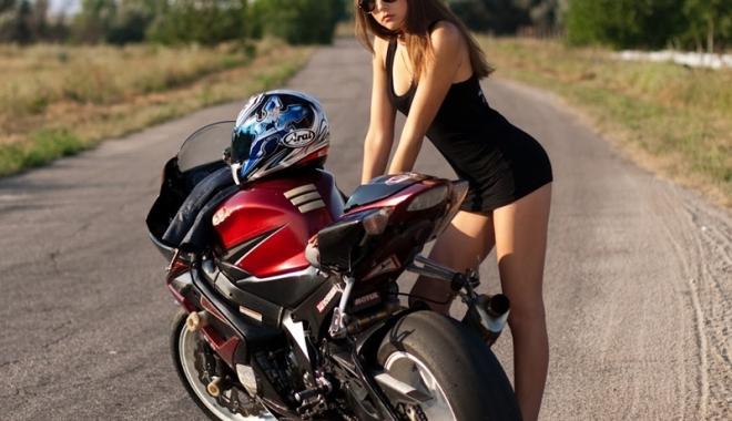 Foto: Motociclista şi pasagerul din spate