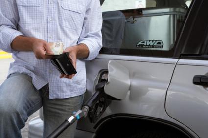 Foto: Benzin� mai ieftin�, motorin� mai scump�