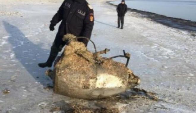 Foto: Motor de avion, recuperat din mare, pe plaja de la Mamaia