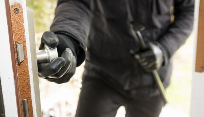 Foto: Muncitor acuzat că a furat bijuterii, ceasuri şi bani din casa la care lucra