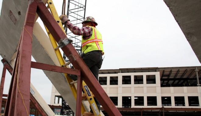 Construcțiile de pe litoral, ridicate cu muncitori