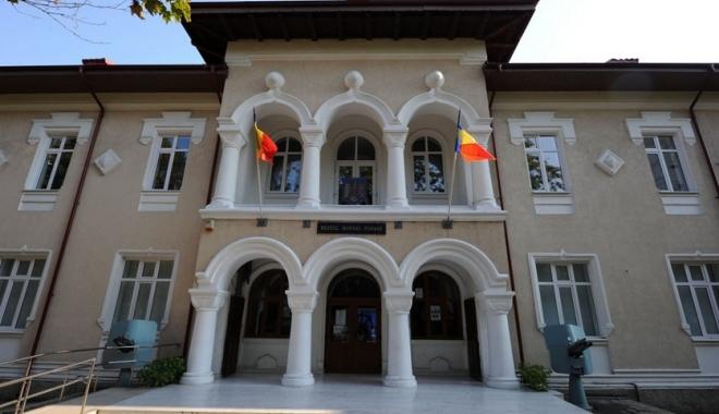 Foto: Expoziţie de pictură marină la Muzeul Marinei Române