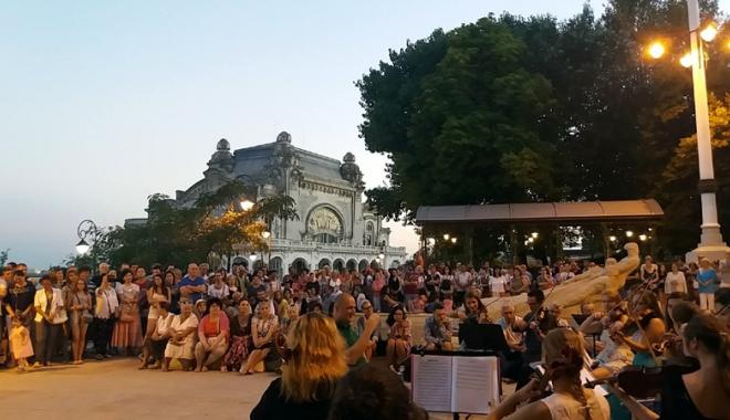 Foto: Seri cu muzică simfonică, pe faleza Cazinoului din Constanța