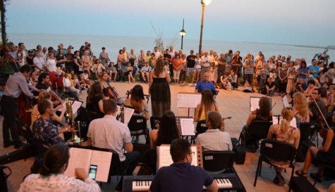 Foto: Muzică simfonică şi delfini! Orchestra de pe faleza Cazinoului concertează astăzi la Delfinariu