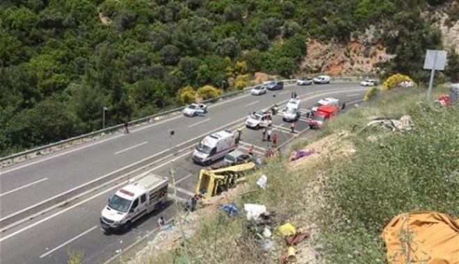 Foto: TRAGEDIE DE PROPORŢII, ÎN TURCIA. Un autocar s-a răsturnat. Peste 20 de morţi
