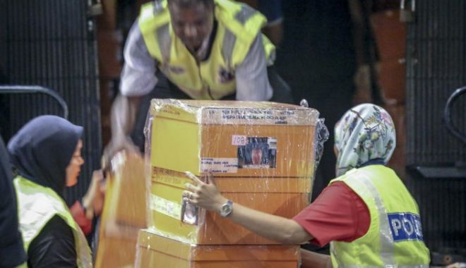 Foto: CAPTURĂ IMPRESIONANTĂ! Autoritățile au confiscat de la un fost premier 72 de saci cu bijuterii și bani