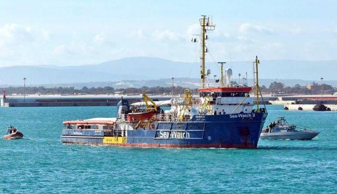 Foto: Nava Sea-Watch 3, blocată în Sicilia de către paza de coastă