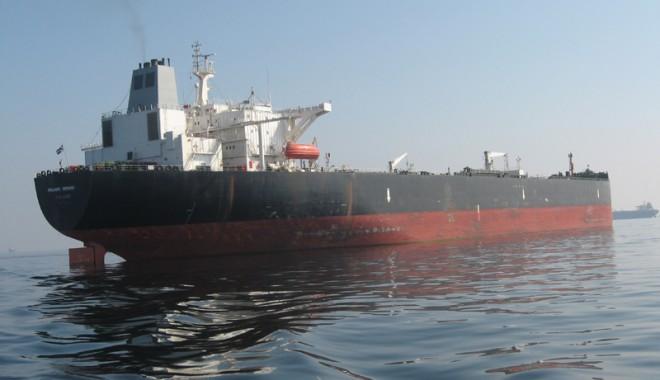 Foto: Piraţii au incendiat un tanc petrolier încărcat cu 141.000 tone de carburanţi