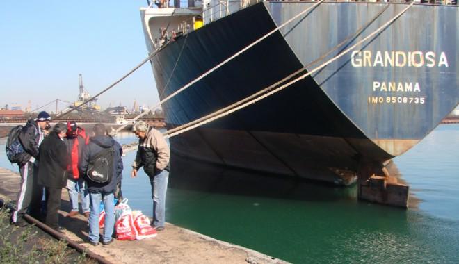 "Foto: Echipajul navei ""Grandiosa"" e ""legat de glie"""