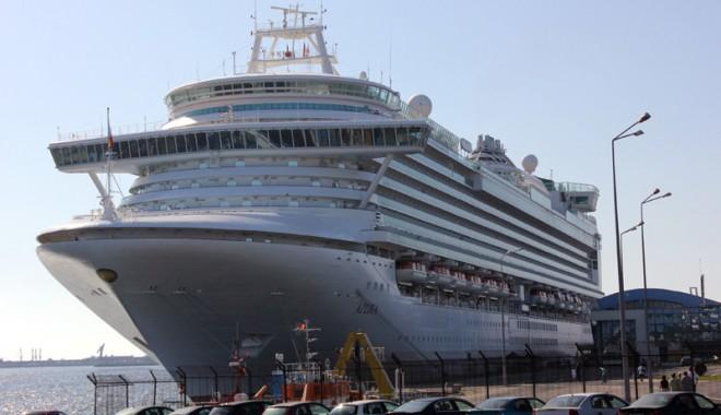 """Foto: Luxuriantul """"Azura"""" a adus 2.984 turişti în portul Constanţa"""