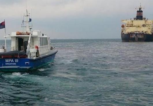 Foto: 100 tone de petrol deversate în mare, în urma coliziunii a două nave
