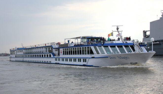 """Foto: Nava """"River Adagio"""" a deschis sezonul croazierelor în portul Constanța"""