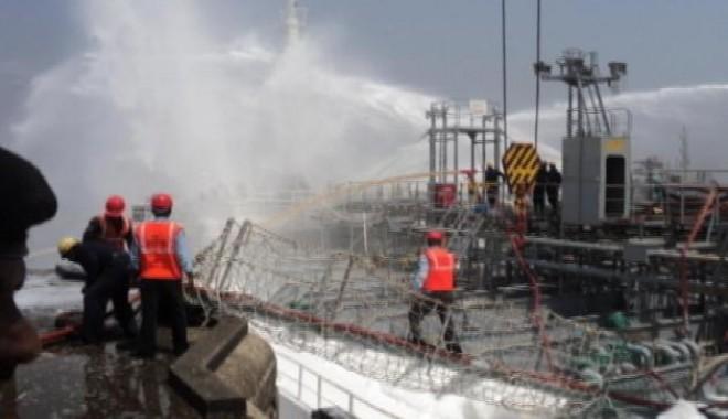 Foto: Explozii cu repetiţie  pe un tanc chimic