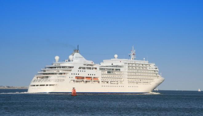"""Foto: Pachebotul """"Silver Spirit"""" aduce 400 de turişti străini în portul Constanţa"""