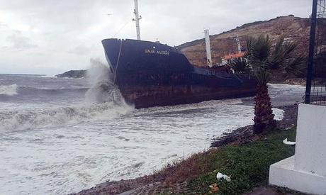 """Foto: Cargoul """"Sinan Naiboglu"""" a fost aruncat pe țărm de furtună"""
