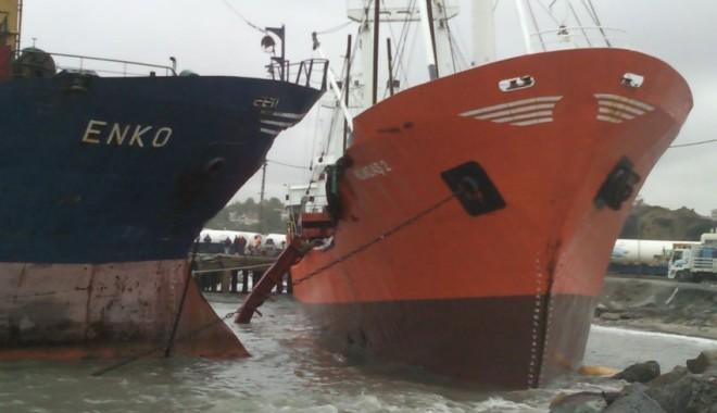 Furtuna a pus cinci nave puse pe uscat, la Istanbul - navepeuscat-1319018736.jpg