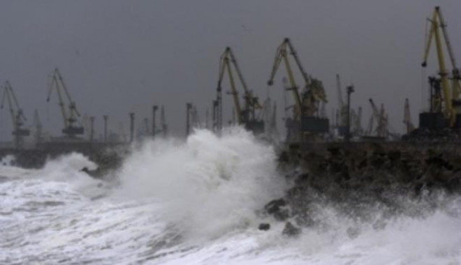 Foto: COD ROŞU DE VISCOL LA CONSTANŢA! Navigaţia în porturile maritime a fost suspendată