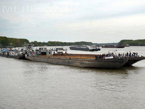 Foto: Navigatorii de pe Dunăre sunt supuşi la grele încercări