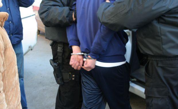 Foto: POLIȚIST AMENINȚAT / Indivizii care au vrut să-l strângă de gât, duși la arestare