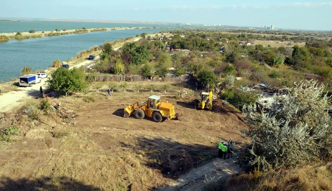 Foto: Primăria Năvodari desfiinţează construcţiile ilegale de pe domeniul public.