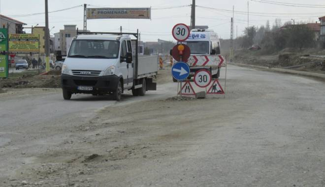 """Foto: Primăria Năvodari: """"Nu noi suntem vinovaţi de starea actuală a drumului"""""""