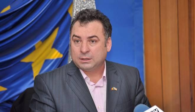 Foto: Primarul Nicolae Matei  acordă pachete cu alimente nevoiaşilor din Năvodari