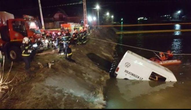 Foto: GRAV ACCIDENT! Plan roşu de intervenţie! Nouă persoane au murit, după ce un microbuz a căzut în râul Bistriţa