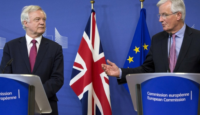 Foto: Negociatorii europeni şi britanici: