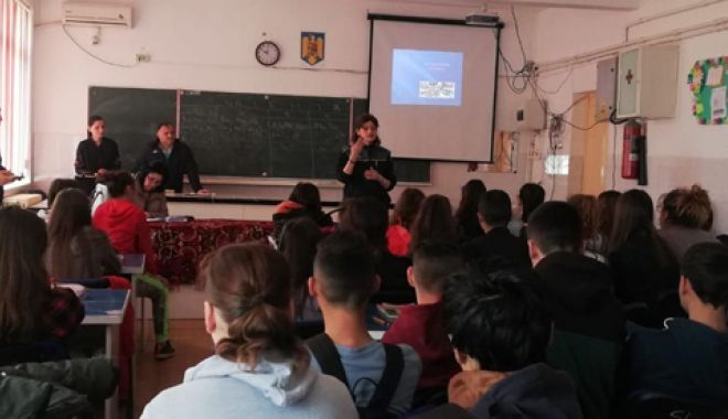 Foto: Elevii Liceului Negru Vodă, vizitaţi de poliţişti