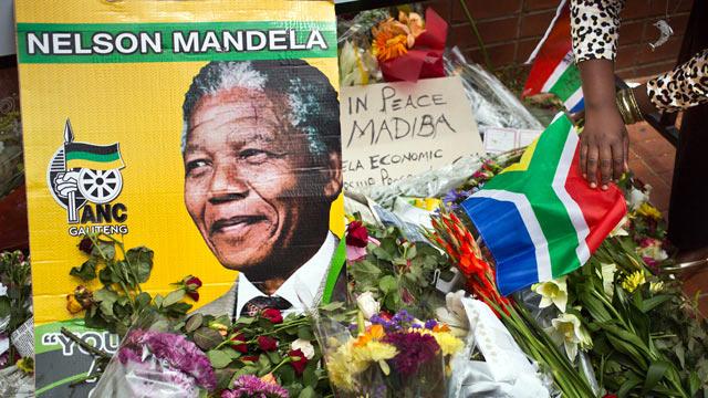 Foto: Nelson Mandela, condus  pe ultimul drum