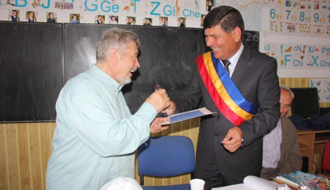 Fostul senator Gheorghe Dumitrașcu, cetățean de onoare al satului Nisipari - nisipari49ziar-1368368178.jpg