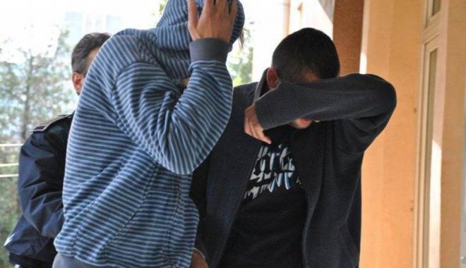 Foto: TATĂL ŞI FIUL CARE AU URINAT PE MAŞINA DE POLIŢIE, DUPĂ CARE S-AU BĂTUT CU OAMENII LEGII, REŢINUŢI!