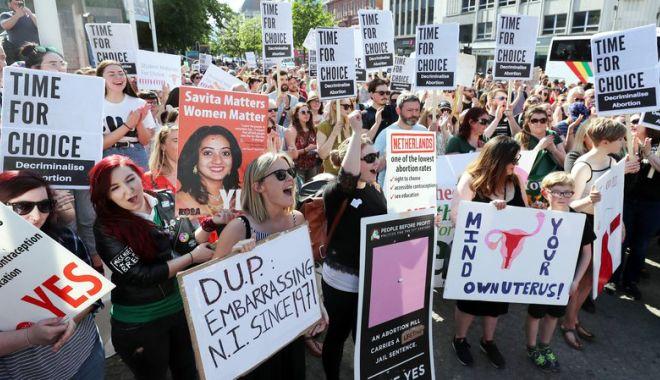 Foto: Nord-irlandezii cer relaxarea legislaţiei privind avortul