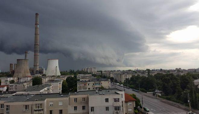 Foto: Continuă ploile şi furtunile la Constanţa! Meteorologii au prelungit codul galben de vreme rea