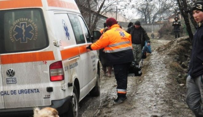 Foto: Tragedie! Un bărbat de 51 de ani a murit după ce ambulanța a rămas împotmolită în noroi