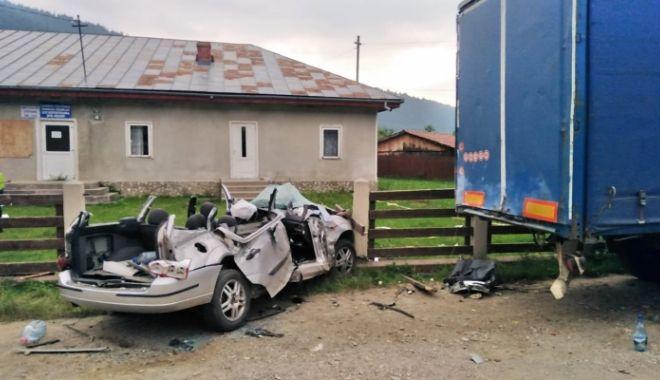 Foto: GRAV ACCIDENT RUTIER! Patru tineri au murit într-o mașină făcută praf, sub un TIR