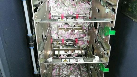 Foto: IMAGINEA ZILEI / Şobolanii au pătruns într-un bancomat şi au ros toţi banii