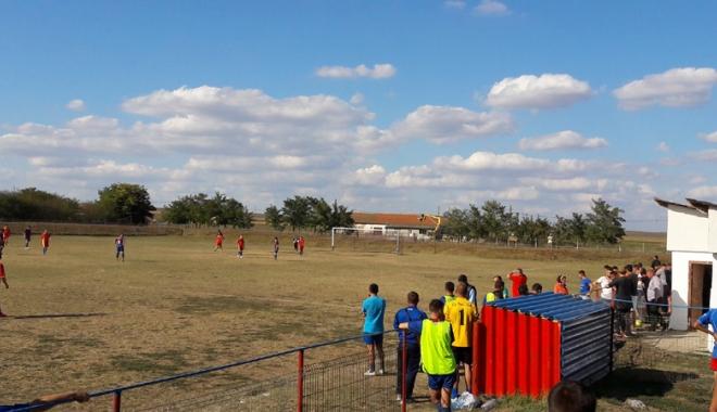 Foto: Cu iataganul pe teren! Scandal de proporţii la un meci de fotbal.