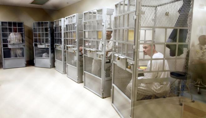 Foto: Nu e ficţiune!  Se prezintă la penitenciar  doar când le vine rândul