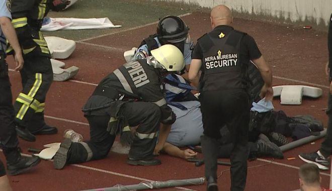 Foto: Suporterul care a lovit un jandarm cu scaunul în cap a fost prins. E acuzat de tentativă de omor