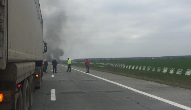 Foto: O mașină electrică a ars pe Autostrada Soarelui