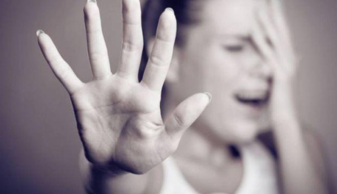 Foto: SNOPITĂ ÎN CURTEA LICEULUI! O elevă de 16 ani, acuzată că are o relaţie cu un bărbat însurat, bătută de soţia geloasă